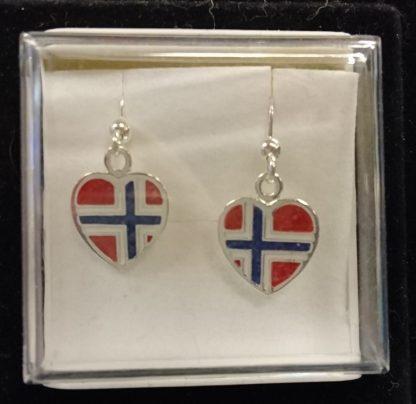 Hjerteøredobber i sølv med norsk flagg som anheng. Leveres i fin eske.
