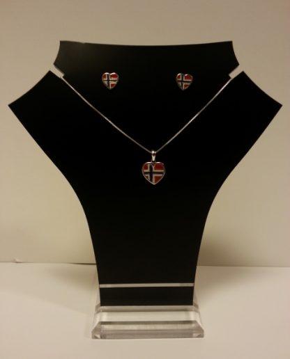 Hjerteøredobber i sølv med norsk flagg. Smykket kjøpes separat.