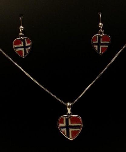 Hjerteøredobber i sølv med norsk flagg som anheng. Smykket kjøpes separat.