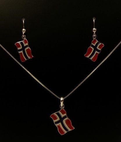 Sølvsmykke med norsk flagg til anheng. Øredobber kjøpes separat.