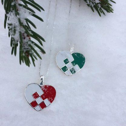 Julesmykke i sølv med julekurv. Rød eller grønn julekurv.